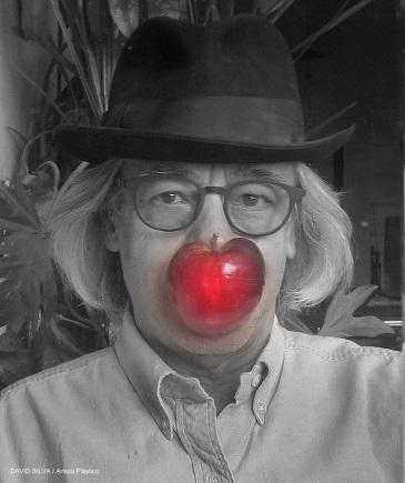Descripción: D:\Mis documentos\Cubrebocas\Modelo Estilo Magritte con manzana roja TB CV 19.jpg