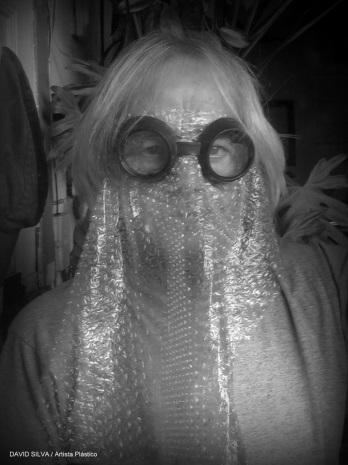 Descripción: D:\Mis documentos\Cubrebocas\Modelo estilo Burka pero con plástico de bolitas a falta de tapabocas...modelo improvisado para salir ...TB CV19.jpg