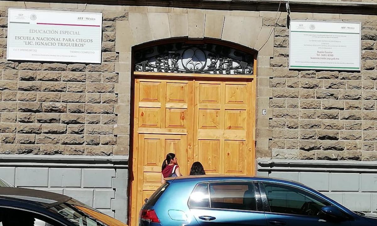 Ciegos vivían entre chinches y mugre; despiden a directora de la escuela